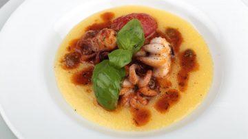 Le-ricette-di-Bruno-Barbieri-Guazzetto-di-moscardini-con-pomodori-pizzutello-e-crema-di-mais-attachment